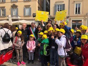 Il sindaco di Brescia con i bambini di Pertica Alta