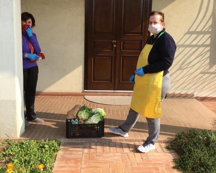 Spesa a domicilio con frutta e verdura fresca