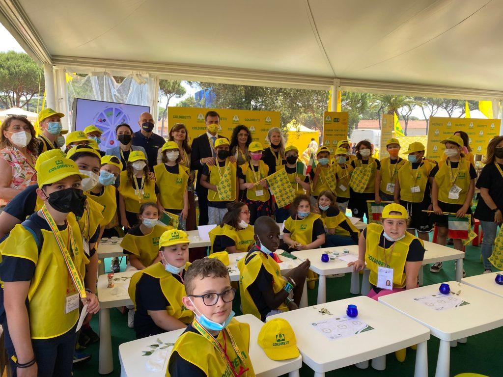 Festa educazione alimentare: bambini con presidente Prandini